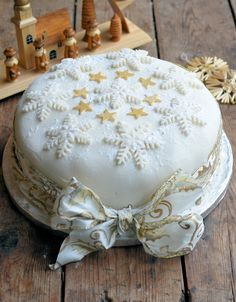 Karen Burns-Booth finishes off her easy Christmas cake recipe with a simple marzipan and icing topping. Her Christmas cake decorating… Christmas Cake Designs, Christmas Tree Cake, Christmas Cake Decorations, Star Cakes, Tree Cakes, Cake Decorating Techniques, Cake Decorating Tips, Easy Christmas Cake Recipe, Simnel Cake