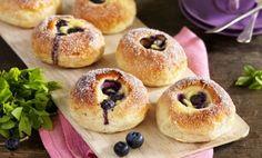Sockerdoppade vaniljfyllda vetebullar med blåbär smakar ljuvligt.Använd helst odlade blåbär, de färgar inte av sig så mycket.