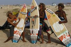 Ride as normal, kite around Switch to toeside stance, THEN edge your heels to ride completely downwind. Great White Attack, Going To California, Vintage Surf, Surfs Up, Life Is Good, Africa, Kitesurfing, Culture, Surfers