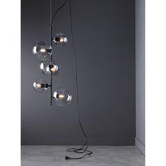 Göte taklampa från Pholc. En taklampa med härlig och bubblig design där olika storlekar av glaskulor...