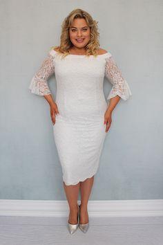 Sukienka BELLA koronkowa hiszpanka może zachwycić niejedną wielbicielkę koronkowych kreacji. Uszyta zgodnie z najnowszymi trendami w modzie dla kobiet plus size pragnących podkreślić swoje walory w subtelny sposób. Dwuwarstwowa, wykonana z najwyższej jakości koronki o wyraźnym kwiatowym deseniu przez polskiego producenta odzieży plus size zorientowanego na projektowanie dla kobiet noszących duże rozmiary. Bella, White Dress, High Neck Dress, Dresses, Fashion, Fashion Styles, Turtleneck Dress, Vestidos, Moda