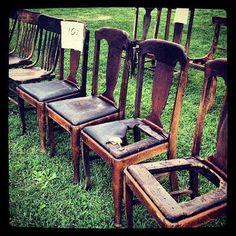 un banc avec chaise