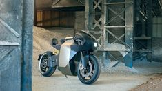 An electric motorcycle with a range and a 25 minute charge time. This is the the first production motorcycle by Saroléa Motorcycles in Belgium. Cafe Racer Girl, Cafe Racer Build, Scrambler Moto, Stunt Bike, Motorcycle Manufacturers, Cool Motorcycles, Road Racing, Automotive Design, Electric Cars