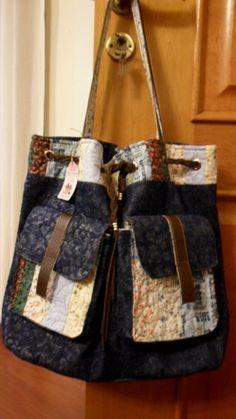 Mochila em jeans com detalhes de patchwork, 2 bolsos frontais e um interno, fechamento de amarrar e botão imantado. Linda para passear no fim de semana. è uma das minhas bolsas favoritas, feita com muito capricho. R$ 160,00