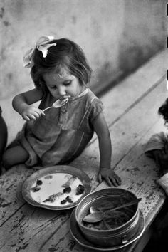 +~+~ Vintage Photograph ~+~+ Lunch time by David Seymour, Naples, Italy Vintage Children Photos, Vintage Pictures, Old Pictures, Old Photos, Henri Cartier Bresson, Vintage Italy, Vintage Food, Magnum Photos, Photo Black