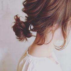 自分でアレンジをする「セルフアレンジ」は、過程や手順がわかりやすくSNSでも人気があるカテゴリーです。そんな中、あるスタイリストさんが投稿している動画が、「わかりやすい」「参考にしたい」と多くの方に注目されています。 Beauty Makeup, Hair Makeup, Hair Beauty, Medium Hair Styles, Short Hair Styles, Kim Hair, Short Ponytail, Hair Arrange, Tumblr Girls