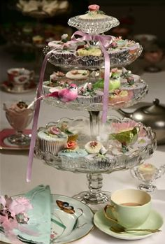 High tea with elegantly iced cupcakes and other delights. Lovely to be invited to this high tea. Wedding Girl, Afternoon Tea Parties, Tea Sandwiches, Cucumber Sandwiches, Yummy Cupcakes, My Tea, Vintage Tea, Vintage Plates, Tea Recipes