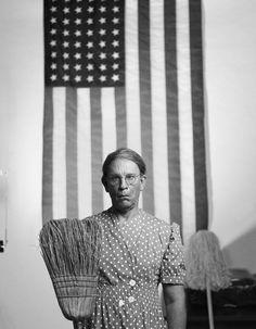 1942 fotografierte Gordon Parks eine Putzfrau, die mit einem Besen vor einer...