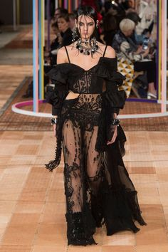 The complete Alexander McQueen Spring 2018 Ready-to-Wear fashion show now on Vogue Runway. Haute Couture Style, Couture Mode, Couture Fashion, Runway Fashion, Fashion Outfits, Fashion Week Paris, Fashion Week 2018, High Fashion, Mode Halloween