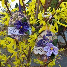 Dekupázzsal és kanzashi virágokkal díszített tojás alakú falap. Plants, Plant, Planting, Planets