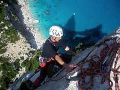 Le migliori pareti da scalare in #Sardegna    Siete sportivi e amate le emozioni forti? Venite in Sardegna e non resisterete al fascino dell'arrampicata e dei panorami mozzafiato. Scoprite dove praticare questo sport emozionante.    Foto scattata dalla vetta dell'Aguglia di Cala Goloritzè, alta 147 m e simbolo dell'arrampicata mediterranea in Europa.