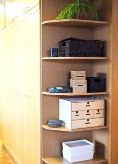 Eroon Kasoista: Ärsyttävän Avohyllyn Organisointi   vinkit! Lockers, Locker Storage, Cabinet, Furniture, Home Decor, Clothes Stand, Decoration Home, Room Decor, Closet