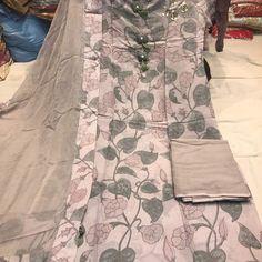 No photo description available. Kurta Designs Women, Salwar Designs, Fancy Blouse Designs, Saree Blouse Designs, Kurtha Designs, Punjabi Suits, Indian Suits, Indian Dresses, Indian Clothes