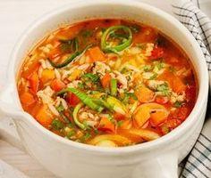 En färggrann minestrone som är full av läckerheter! Paprika, morötter, purjolök och kycklingfärs är några av pärlorna du hittar i rätten. Kycklingbuljongen som står som grund i detta recept ger en god sälta tillsammans med övriga ingredienser. Hacka i den färska persiljan och servera direkt. 300 Calorie Lunches, 300 Calories, Lunches And Dinners, Food Hacks, Thai Red Curry, Nom Nom, Food And Drink, Health Fitness, Healthy Recipes