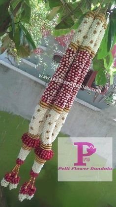 Indian Wedding Flowers, Flower Garland Wedding, Rose Petals Wedding, Flower Garlands, Flower Decorations, Wedding Garlands, Wedding Hall Decorations, Desi Wedding Decor, Marriage Decoration