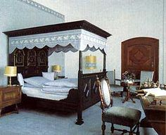 Hotel rooms canopy bed room rates medieval double bedroom romantic vacation package medievil picture baby crib kid dog german Honeymoon suite weekend castle Schwalenberg restaurant Schieder Schwalenberg North Rhine Westphalia Hesse Lower Saxony Germany Weser river Teutoburg Forest Hannover Hanover Kassel Paderborn Bielefeld Expo fair fairgrounds Panorama Lipperland Conference conferences seminar events knight's meal knight of the round table dinner groups Golf course club tennis Easter…