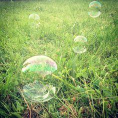 Hupsutteluja: Kotitekoiset saippuakuplat // Homemade bubbles: 4 dl water 1 dl dish washing detergent 2 tsp (confectioner's) sugar
