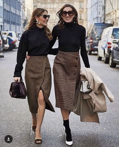 Street style outfit fashion week mode plaid pencil skirt - See Pic Mode Outfits, Office Outfits, Skirt Outfits, Fall Outfits, Fashion Outfits, Sweater Skirt Outfit, Summer Outfits, Summertime Outfits, Fashion Socks