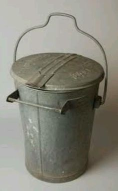 Zinken Vuilnisemmer - zinc garbage can Deco Retro, Retro Vintage, Sweet Memories, Childhood Memories, Good Old Times, When I Grow Up, My Memory, The Good Old Days, Old Pictures