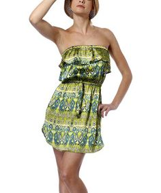 Glamour girl, take that place in the spotlight. This sassy, strapless dress was made for sauntering in the sun.