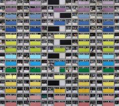 """Con siete millones de habitantes, Hong Kong es una de las ciudades más pobladas del mundo. Las cifras de población pueden no sonar demasiado exageradas, pero estas imágenes las convierten en absolutamente alucinantes. En su set de fotografías """"Arquitectura de Densidad"""", el fotógrafo alemán Michael Wolf explora los increíbles paisajes urbanos de Hong Kong. Fragmentos de grandes bloques de pisos, tanto en ruinas como en construcción. Su monotonía y repetitivos detalles ocupan todo el marco de…"""