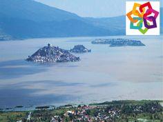 MICHOACÁN MÁGICO te dice. El Lago de Patzcuaro se encuentra a 63 km de la cuidad de Morelia, en el 2005 se declaro como sitio Ramsar, y forma un sitio cultural, recreativo, histórico y arqueológico de la etnia purépecha. http://www.hzirahuen.com/