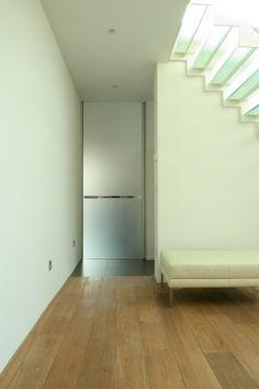 """Gezandstraalde glazen deur op maat van Anyway Doors. Het gezandstraald glas is voorzien van een onderhoudsvriendelijke """"Clearshield"""" coating.  Meer info: http://www.anywaydoors.be"""