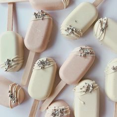25 white and 25 pink. Flavours of… 50 beautiful cake lollies delivered yesterday. 25 white and 25 pink. Flavours of Victoria sponge & luscious lemon. Magnum Paleta, Dessert Boxes, Dessert Table, Cheesecake Wedding Cake, Lolly Cake, Anna Cake, Chocolate Covered Treats, Couture Cakes, Victoria Sponge