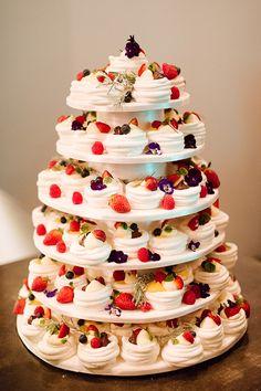 Mini meringue and pavlova Summer Wedding cake country chocolat mariage cake cake country cake recipes cake simple cake vintage Wedding Cake Images, Mini Wedding Cakes, Summer Wedding Cakes, Floral Wedding Cakes, Wedding Desserts, Mini Cakes, Mini Pavlova, Pavlova Cake, Ladybird Cake