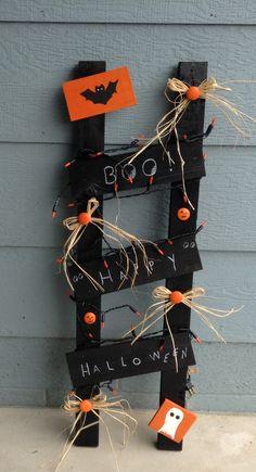 Halloween ladder Halloween Wood Crafts, Halloween Wood Signs, Halloween Home Decor, Outdoor Halloween, Diy Halloween Decorations, Spooky Halloween, Halloween Themes, Fall Crafts, Holiday Crafts