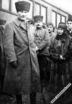 1923.01.17-Gebze'de Halide Edip Adıvar, Naşit Uluğ, 1.Tümen Kom. Alb.Hüseyin Hüsnü Erkilet, Mecdi Sadrettin Bey, Gen.Galip Bey ve Cevat Abbas Gürer'le.(