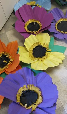 construction paper flowers a la Georgia Okeefe School Art Projects, Projects For Kids, Crafts For Kids, Spring Art, Spring Crafts, Spring Door, Art Floral, Flower Crafts, Flower Art