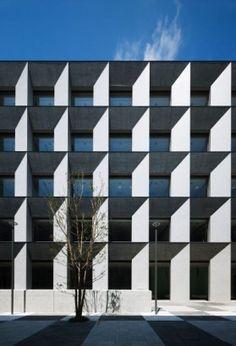 立教大学新座キャンパス8号館・4号館増築棟 。日建設計:キャンパスの陰影表現は綺麗。梁下はコンクリートを研磨した表面を見せることでコントラストを強調している。