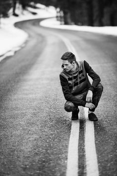 Photo shots male poses, photography poses, photo shoot poses, poses for pictures Senior Photography, Photography Poses For Men, Winter Photography, Outdoor Photography, Portrait Photography Men, Photography Gallery, Winter Senior Pictures, Male Senior Pictures, Senior Pics