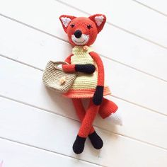 Meet a wonderful lady fox amigurumi! She loves shopping and walking in the park. You can make your own crochet toy if follow this free amigurumi pattern!