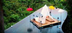 Ubud Hanging Gardens Hotel – Bali Bali es una isla pequeña en Indonesia, un lugar mágico, conocido en todo el mundo debido a su rica cultura y paisajes fascinantes. Ubud Hanging Gardens Hotel es un hotel cuya principal característica es el diseño de su piscina en varios niveles y con borde infinito, con curvas que copian la forma y la belleza de las colinas cercanas. Los huéspedes pueden nadar en la orilla y disfrutar de las vistas pacíficas del antiguo templo Pura Penataran Dalem Segara…