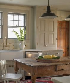 46 Inspiring Rustic Country Kitchen Ideas To Renew Your Ordinary Kitchen Trending House Design And Decoration 46 Inspiring Rustic Country Kitchen Ideas To Renew Your Ordinary KitchenA decent country style kitche Rustic Country Kitchens, Country Kitchen Designs, English Cottage Kitchens, Kitchen Rustic, Country Home Design, Country Kitchen Interiors, Country Chic Kitchen, French Kitchen Decor, Country Bathrooms