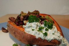 Gebackene Süßkartoffeln gefüllt mit Pilzen