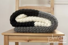 Chunky crochet blanket tutorial. Works up really quickly. Neutral color blocks add a modern flair to this simple project.