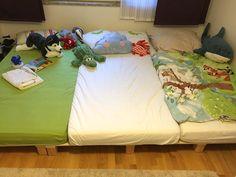 Wir bauen ein Familienbett im Kinderzimmer und zeigen eine Bauanleitung.. So können wir alle zusammen kuscheln, Bücher ansehen und auf dem Bett spielen.