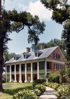 The Shadows Plantation house in New Iberia, Louisiana, USA. Built in 1834 as a sugar plantation. Southern Plantation Homes, Southern Mansions, Southern Homes, Plantation Houses, Southern Charm, Magnolia Plantation, Southern Porches, Country Homes, Southern Living