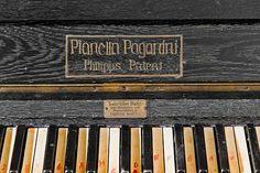"""""""Man lacht, man lebt, man liebt"""", so lautet der 12. Post zur #KBlogparade2013 des Deutschen Museums.  Der Weg eines Geigenklaviers """"Pianella Paganini"""" vom Kino zum Museum wird beschrieben. Die Kuratorin Silke Berdux beschreibt das Aufnahmeprozedere eines Objekts in den Sammlungsbestand des Deutschen Museums: EMail, begutachten, Wert taxieren, kaufen, inventarisieren, restaurieren. Ein sehr schöner Bericht!"""