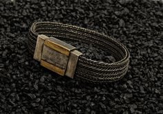 Armband Silber oxixiert, Verschluss mit 2 Goldstreifen, www.atelier-zellhuber.de #gestrickter Schmuck #Strickschmuck #Armband #Silber oxidiert Belt, Bracelets, Leather, Accessories, Jewelry, Fashion, Atelier, Gold Stripes, Bangle