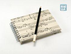 Libreta hecha a mano reciclando 2 páginas de una antigua partitura musical.
