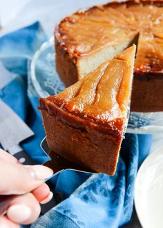 This Upside Down Pear Cardamom Cake will impress friends, family, and coworkers alike with festive spices and layered, caramel-coated pear slices. Perfect for the holidays! Quick Easy Desserts, Delicious Desserts, Purse Cakes, Shoe Cakes, Cardamom Cake, Camo Wedding Cakes, Meringue Frosting, Cake Recipes, Dessert Recipes
