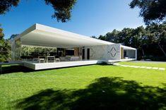 The Glass Pavilion requirió seis años de trabajo antes de realizarse. La estética de esta vivienda hace referencia al estilo depurado del maestro de la arquitectura Mies van der Rohe. Steve Hermann diseñó varios muebles de la casa que se integran perfectamente a la arquitectura minimalista.