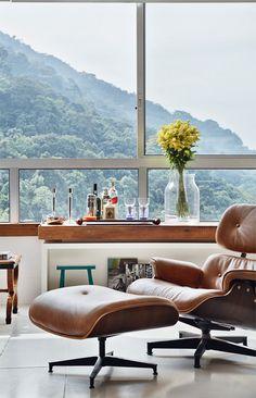 poltrona Eames e vista maravilhosa do Rio de Janeiro.. eu passaria horas sentada ali