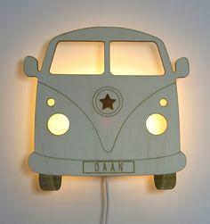 Houten wandlamp retro bus is een echte blikvanger op de jongens babykamer en kinderkamer! De wandlamp is voorzien van een 2 meter lange stekker met schakelaar en heeft een E14 fitting. Houten wandlamp gebruiken in combinatie met een led lamp. Afmetingen van de wandlamp zijn hoogte 27cm, breedte 28cm en dikte 5cm. De wandlamp kan worden besteld in het lichte populierenhout of het donkere hardhout. Het hiervoor gebruikte hout heeft een fsc keurmerk. Nursery Lighting, Nursery Wall Decor, Baby Room Decor, Wooden Lamp, Wooden Decor, Wood Crafts, Diy And Crafts, Retro Bus, Construction Bedroom