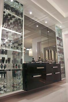 Esse bar com a cristaleira nas laterais apresentou uma proposta diferenciada e perfeita.
