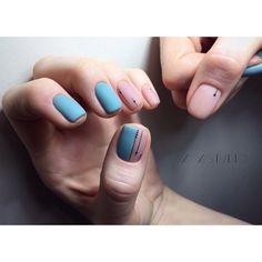 Отличный вариант маникюра для обладательниц короткой, широкой ногтевой пластины. Для маникюра используют два контрастных цвета. Оттенки подбирают по дополняющей …